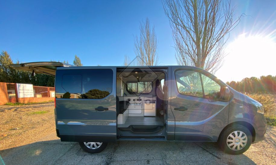 Camper Renault Trafic modelo Melbourne exterior lateral abierto